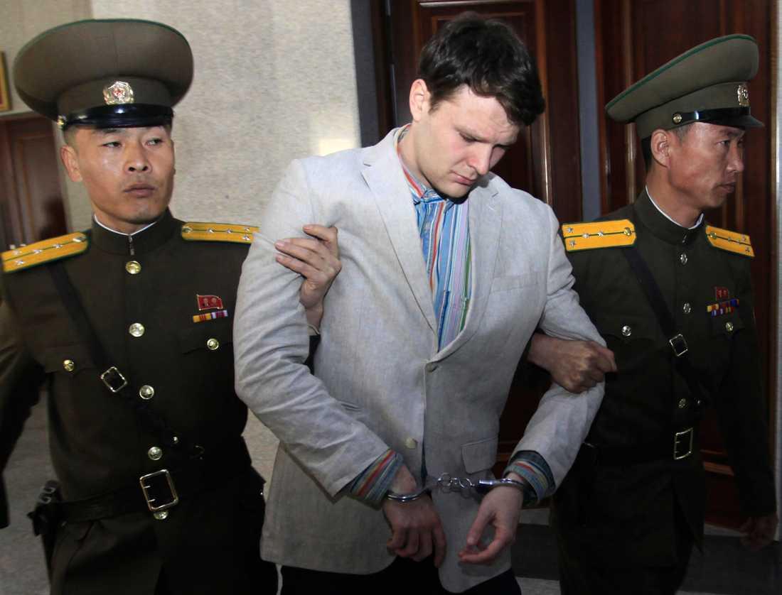 Amerikanske studenten Otto Warmbier leds ut från Högsta domstolen i Nordkoreas huvudstad Pyongyang. Bild från den 16 mars 2016.