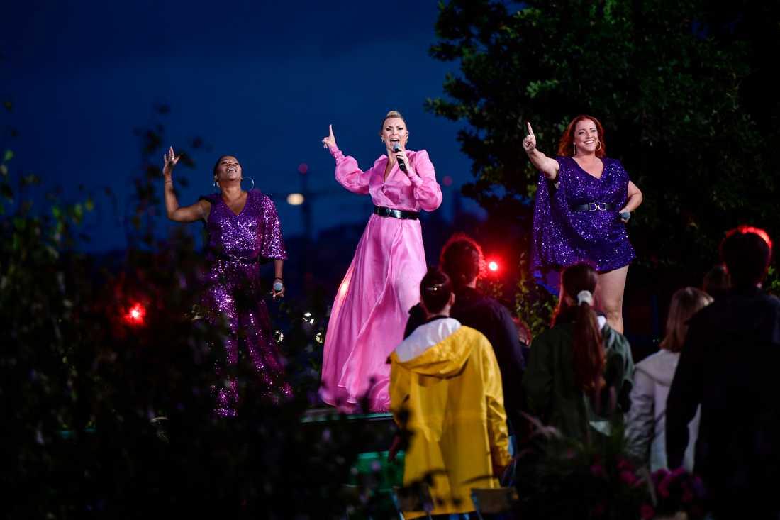 """Gladys del Pilar, programledaren Sanna Nielsen och Shirley Clamp uppträdde tillsammans under tisdagens """"Allsång på Skansen""""."""