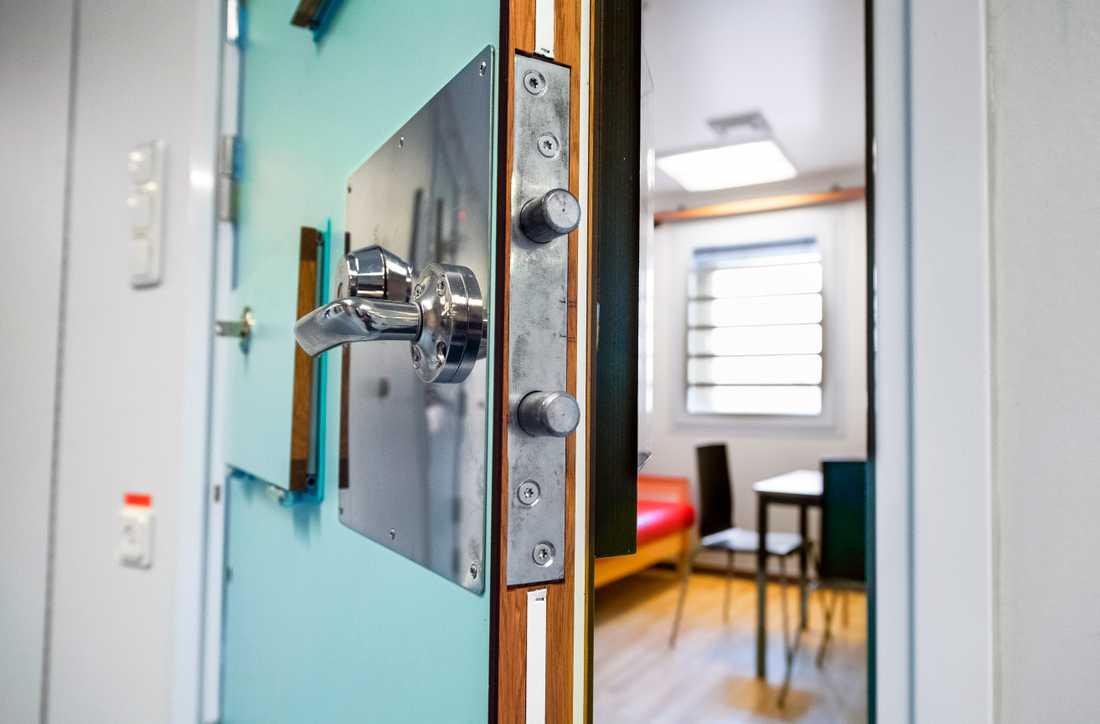 Att göra om sådana här besöksrum till bostadsrum har blivit en akutlösning för att snabbt få fram fler häktesplatser.