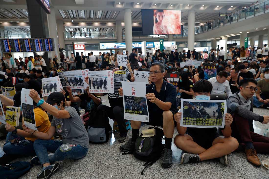 Hongkongs demokratiaktivister har inlett en tre dagar lång protest på Hongkongs flygplats.