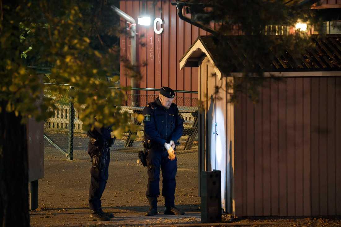 Mannen uppger att han satt inlåst i uppemot sju timmar i ett förråd på en skolgård i Solberga i Stockholm.