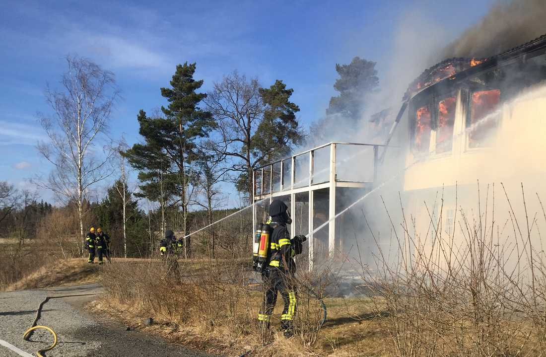 """Travtränaren Peter G Normans villa brann ner: """"Det är jobbigt, man har ju hela ens liv i huset"""", säger Norman."""