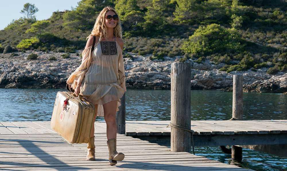 Unga Donna (Lily James) går i land på «Kalokairi» för första gången.
