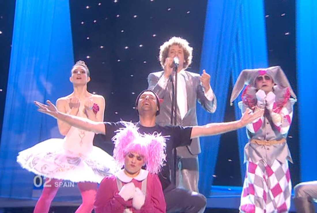 Jimmy Jump tar plats mitt framför Daniel Digas som framför Saniens bidrag.