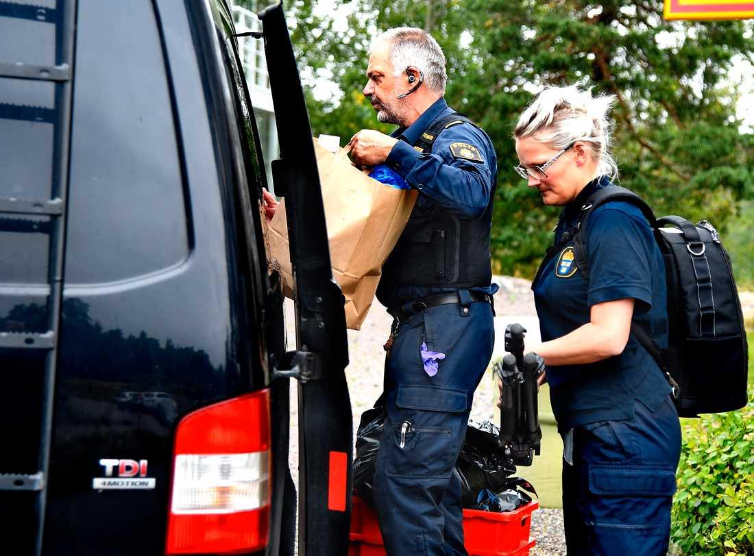 Polistekniker genomsökte den misstänkta kvinnans lägenhet på torsdagen.