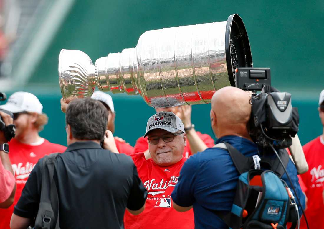 Barry Trotz med Stanley Cup-bucklan i Washington.