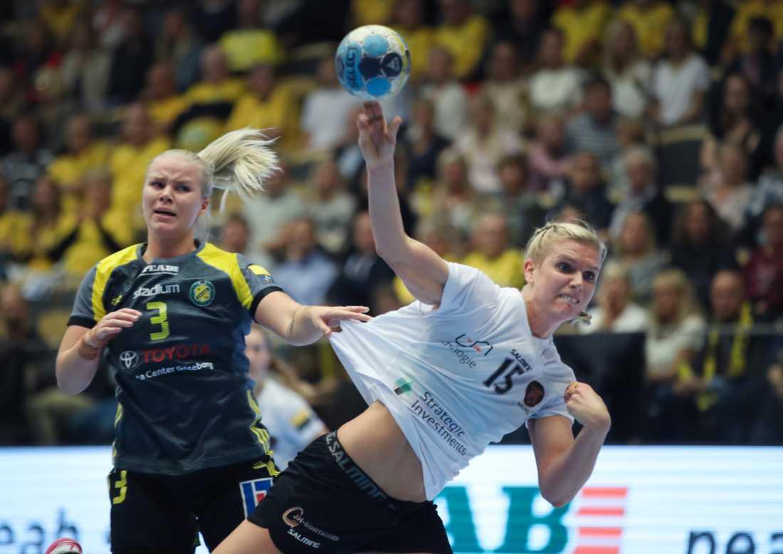 Jenny Alm gör mål för Köpenhamn medan Sävehofs Emma Fernis maktlöst ser på. Köpenhamn vann stort när lagen möttes i Champions League i Partille Arena.