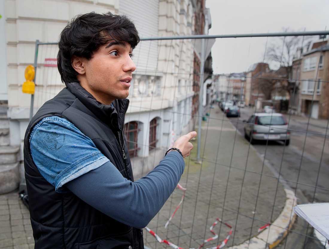 Jannick Monaco, 22, bodde mitt emot lägenheten som polisen stormade.