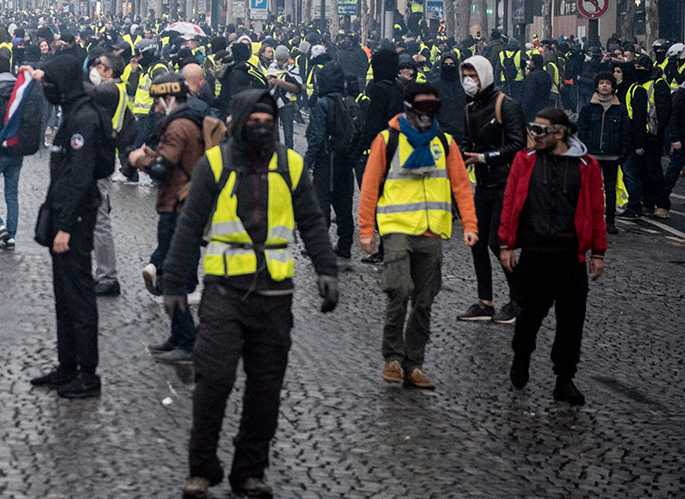 I Frankrike har anhängare till de Gula västarna tagit till gatorna för att demonstrera mot president Macron i flera månader.