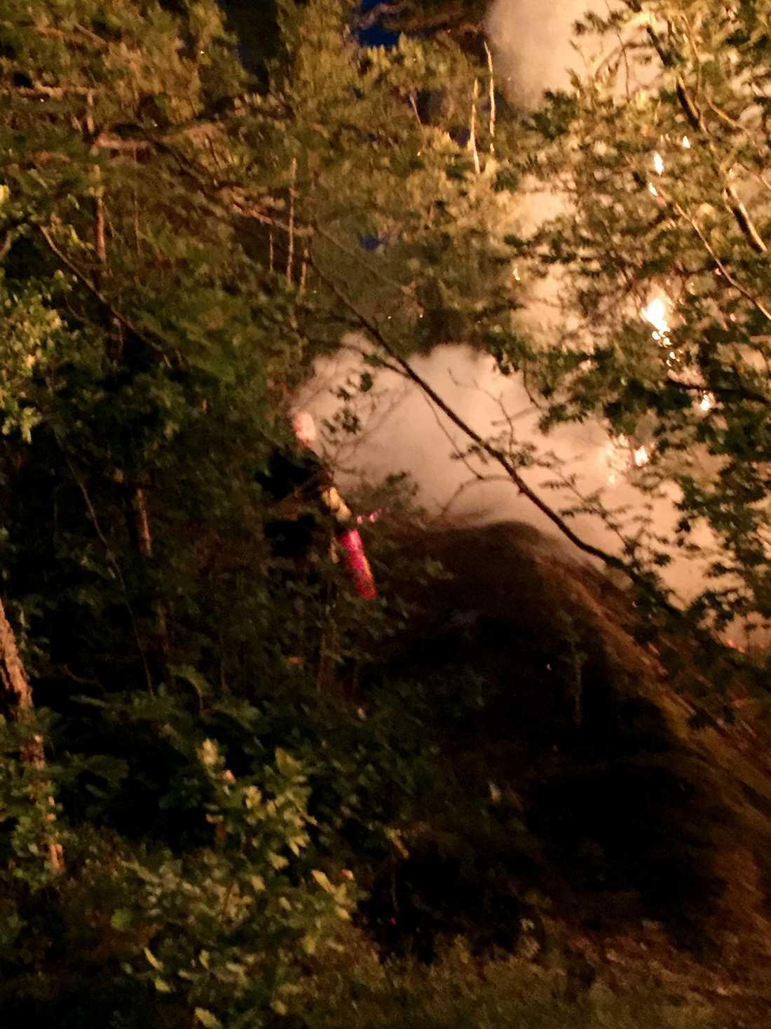 Brandkåren tog och använde Carl Farbergers brandsläckare när de anlände till platsen.