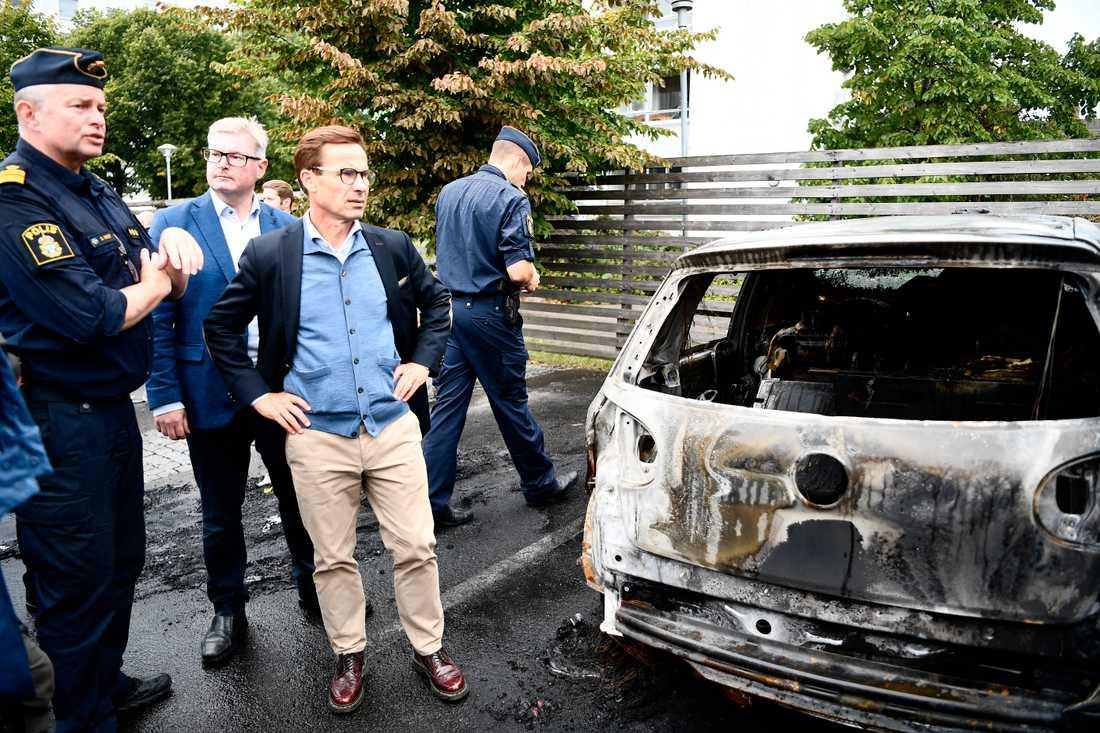 Moderaternas partiledare Ulf Kristersson besökte Frölunda torg efter gårdagens många bilbränder.