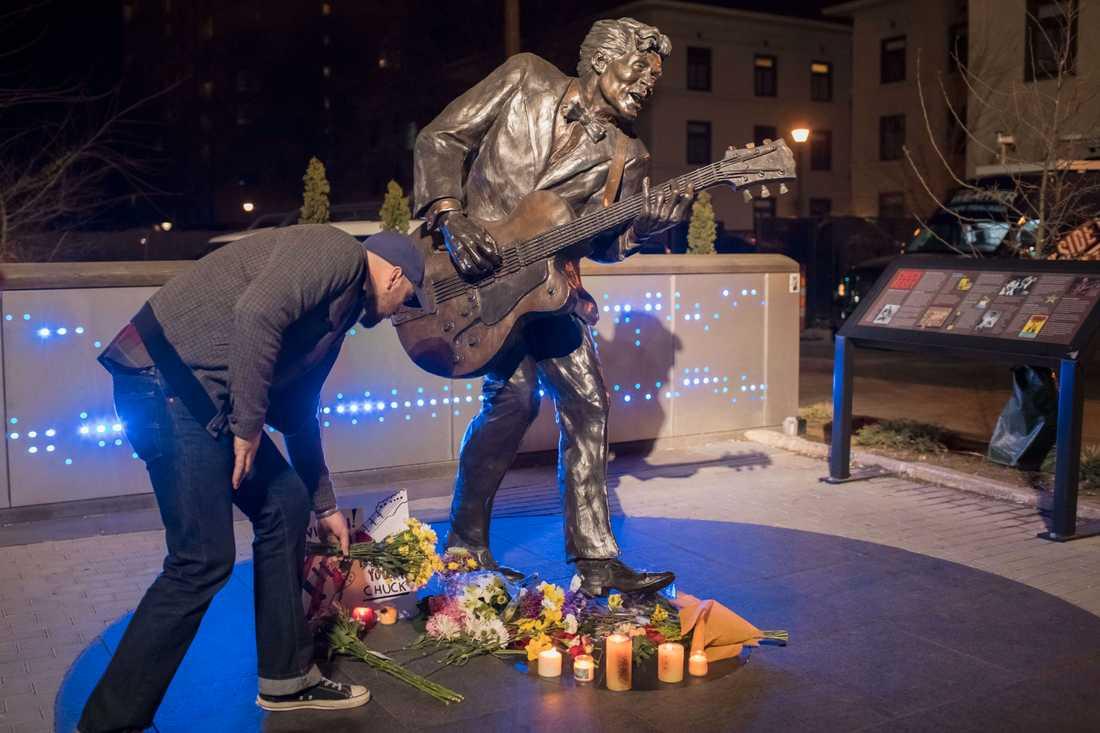 Blommor vid en staty av Chuck Berry i Univercity City i Missouri.