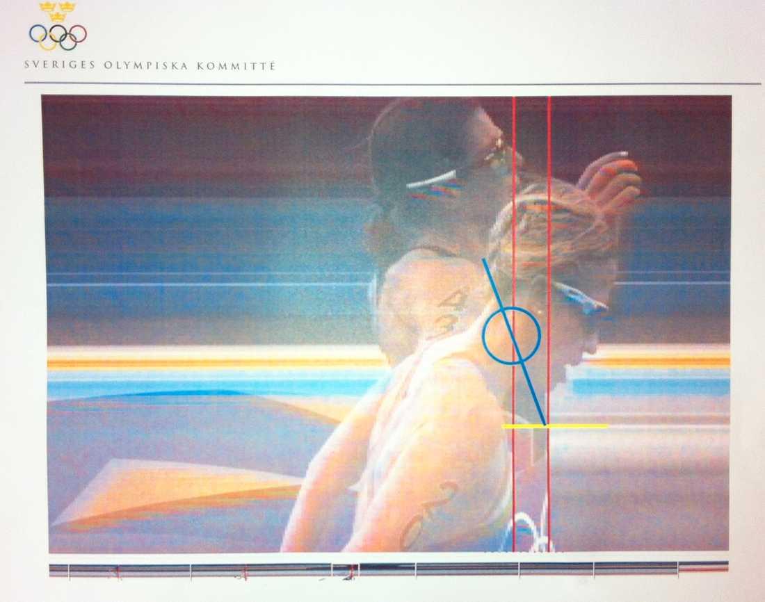 De röda linjerna är måldomaren Bela Vargas bedömning. Den blå ringen är SOK:s bedömning var schweisiskans torso kan befinna sig. Den är dold av Lisa Nordéns hals och huvud.