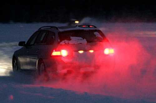 Den genomfrusna Gåraträsksjön är som skapt för biltester på halt underlag.