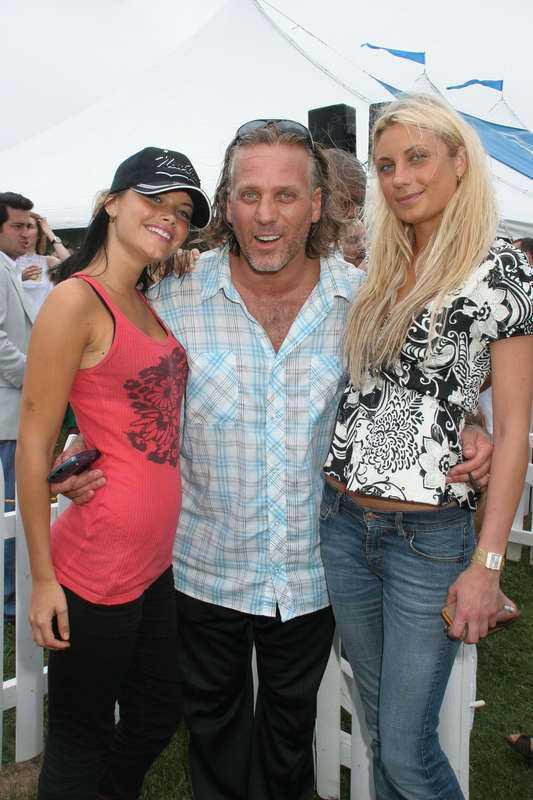 Sofia Hellqvist och Camilla Sundman tillsammans med festfixaren Mark Baker.