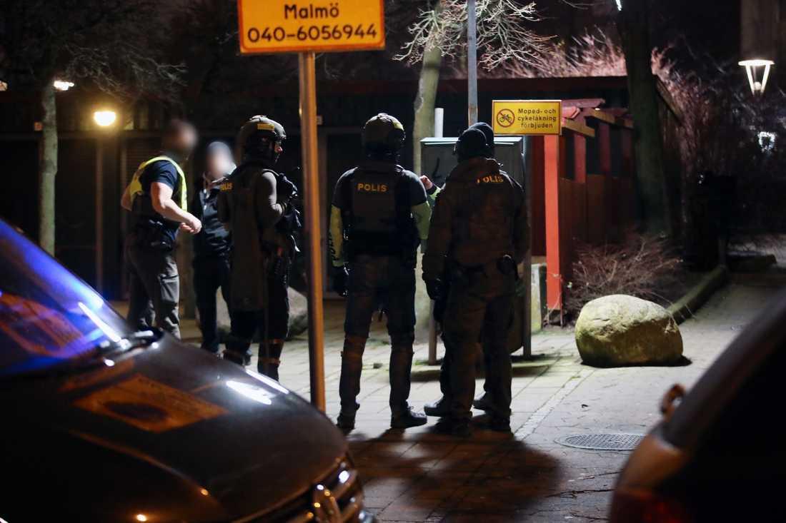 Polisen i området där två personer greps.