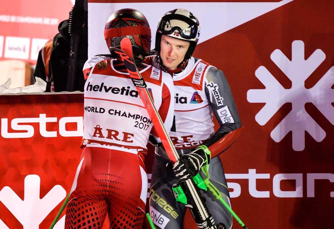 Norges Henrik Kristoffersen gratuleras av den föregående världsmästaren österrikes Marcel Hirscher, efter att Kristoffersen vunnit guldet i herrarnas storslalom.