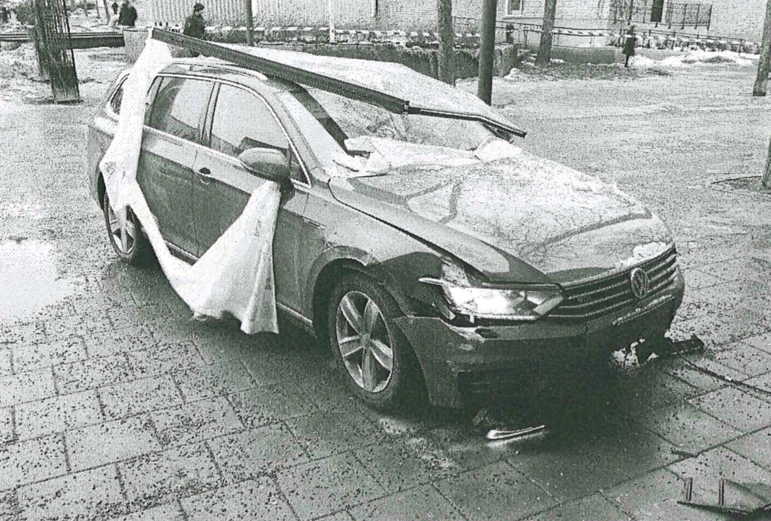 Bilen som körde in i banken i Hässelby.