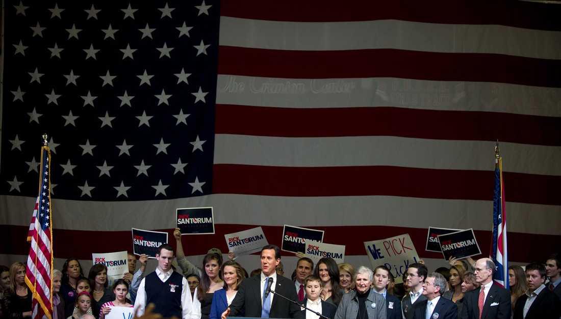 Rick Santorum framför stjärnbaneret.