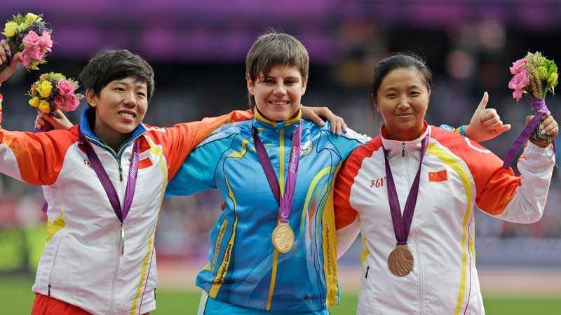 Medaljskandal Ukrainas Mariia Pomazan (mitten), fick först en guldmedalj runt halsen. Den gick senare till Wu Qing (vänster) medan hennes landsmaninna Bao Jiongyu (till höger) petades från pallen.