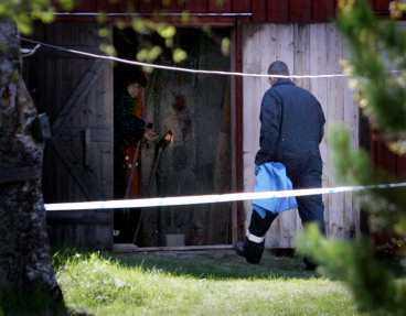 När polisen undersökte gården där de båda mördade hittades gjorde de flera beslag av tillhyggen som kan ha använts vid dubbelmordet.