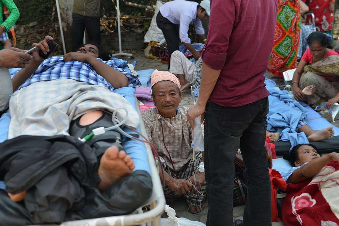 Patienterna hamnade på gatan efter att ett sjukhus utrymdes i Katmandu.