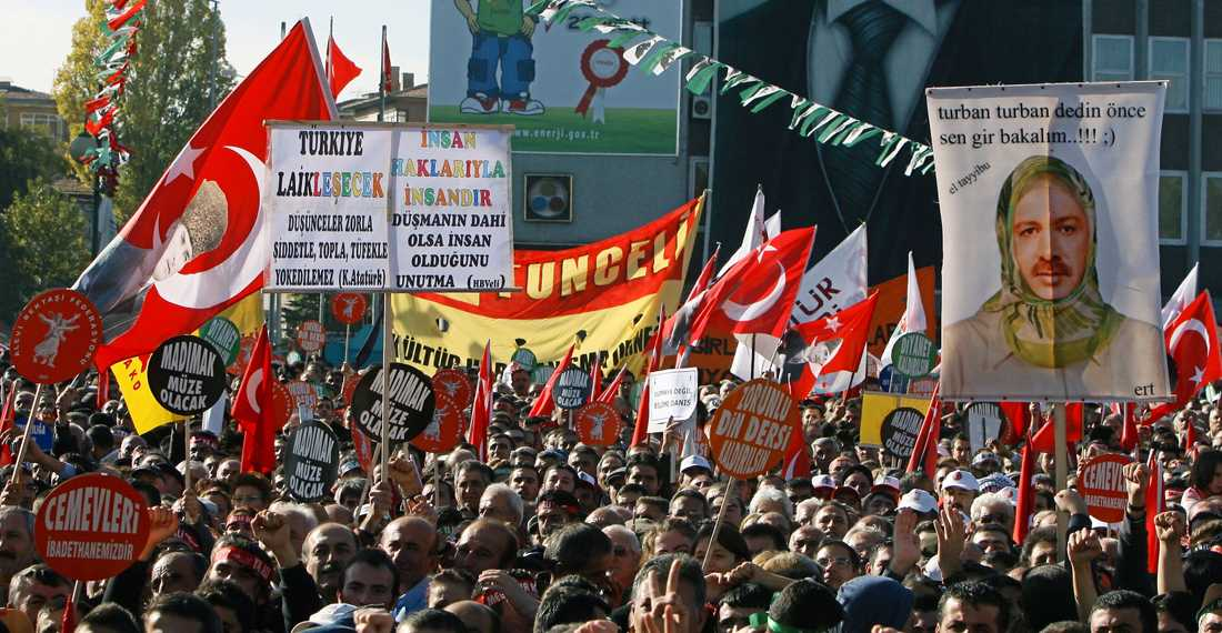 "TMot Tens of thousands of followers of Turkey s Alevi branch of Islam, holding Turkish flags with modern Turkey s founder Kemal Ataturk, rally in the capital Ankara, Turkey, Sunday, Nov. 9, 2008 to demand equal religious rights. A demonstrator holds a poster of Prime Minister Tayyip Erdogan wearing an Islamic-style headscarf and reading: ""You insist on the headscarf, let s see you wear it first! "" (AP Photo/Burhan Ozbilici) TURKEY RELIGIOUS MINORIT Automatarkiverad"