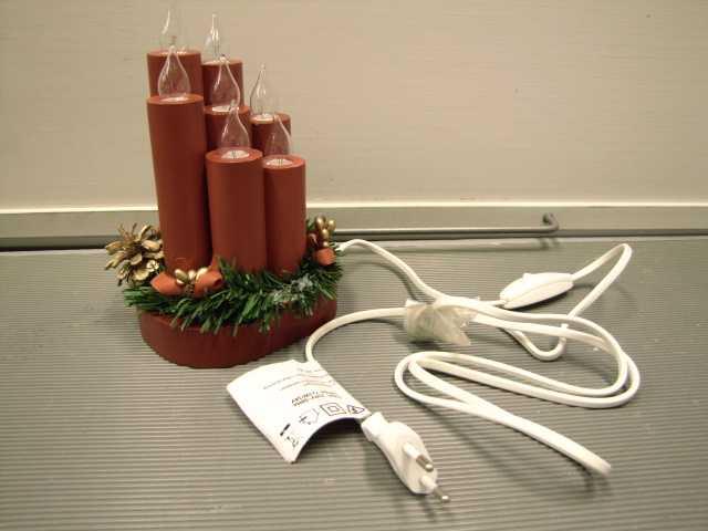 Ljusstake, Kingswood, Rusta Anmärkning: Sex av sju testade lamphållare höll inte dragprovet, hållarna lossnade. I tre lamphållare blev spänningsförande delar berörbara. Bristfällig  märkning.