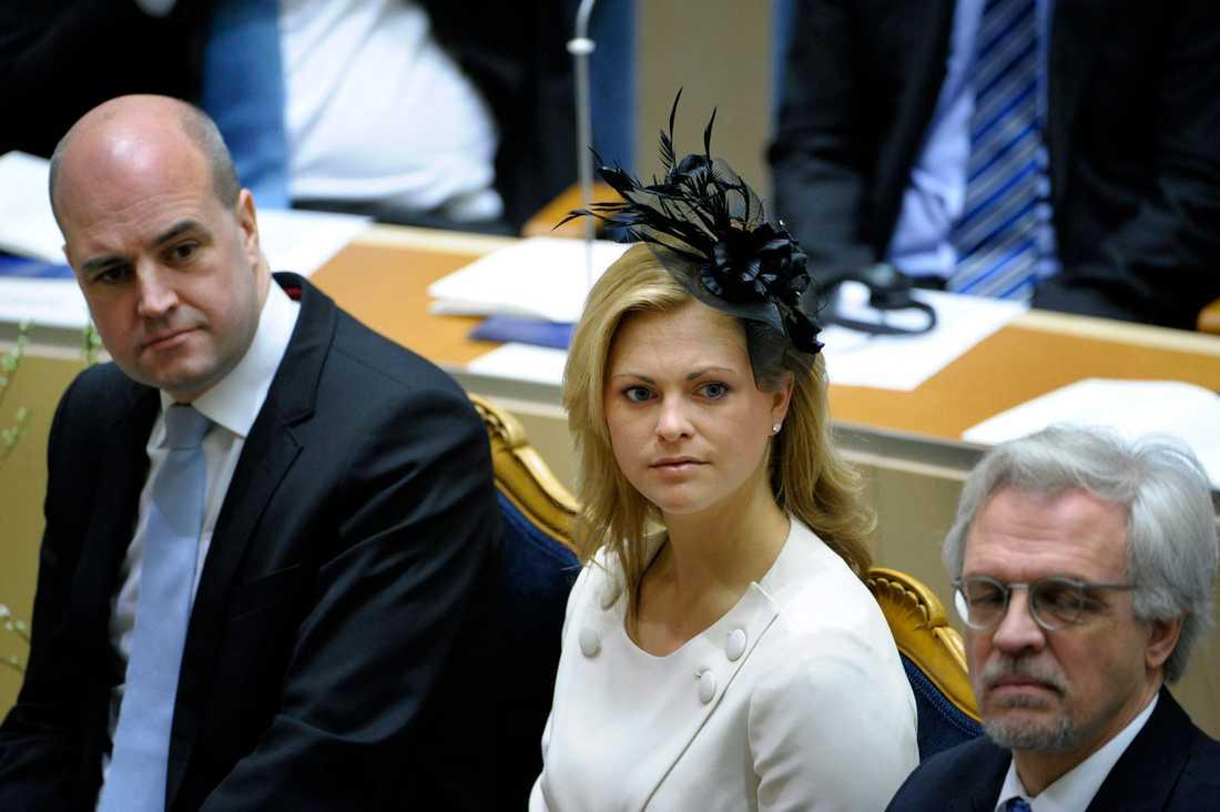 I riksdagen Prinsessan Madeleine flankerad av statsminister Fredrik Reinfeldt i riksdagens plenisal, januari 2009.