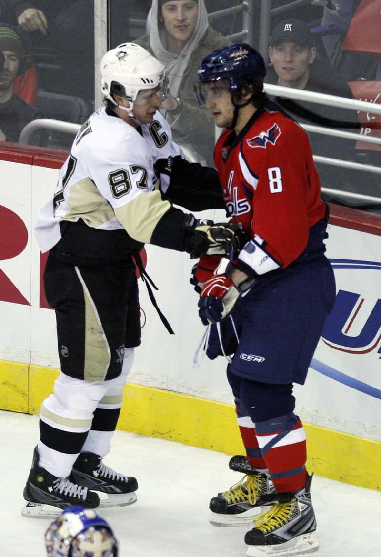 Washingtons Aleksandr Ovetjkin och Pittsburghs Sidney Crosby växlar några ord under nattens match.