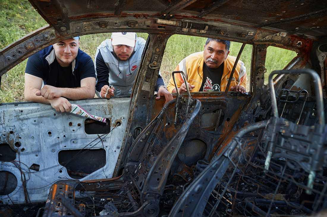 Hussein, Yosef och JUan är fritidsledare i Malmö. Hussein fick se sig egen bil brinna upp.