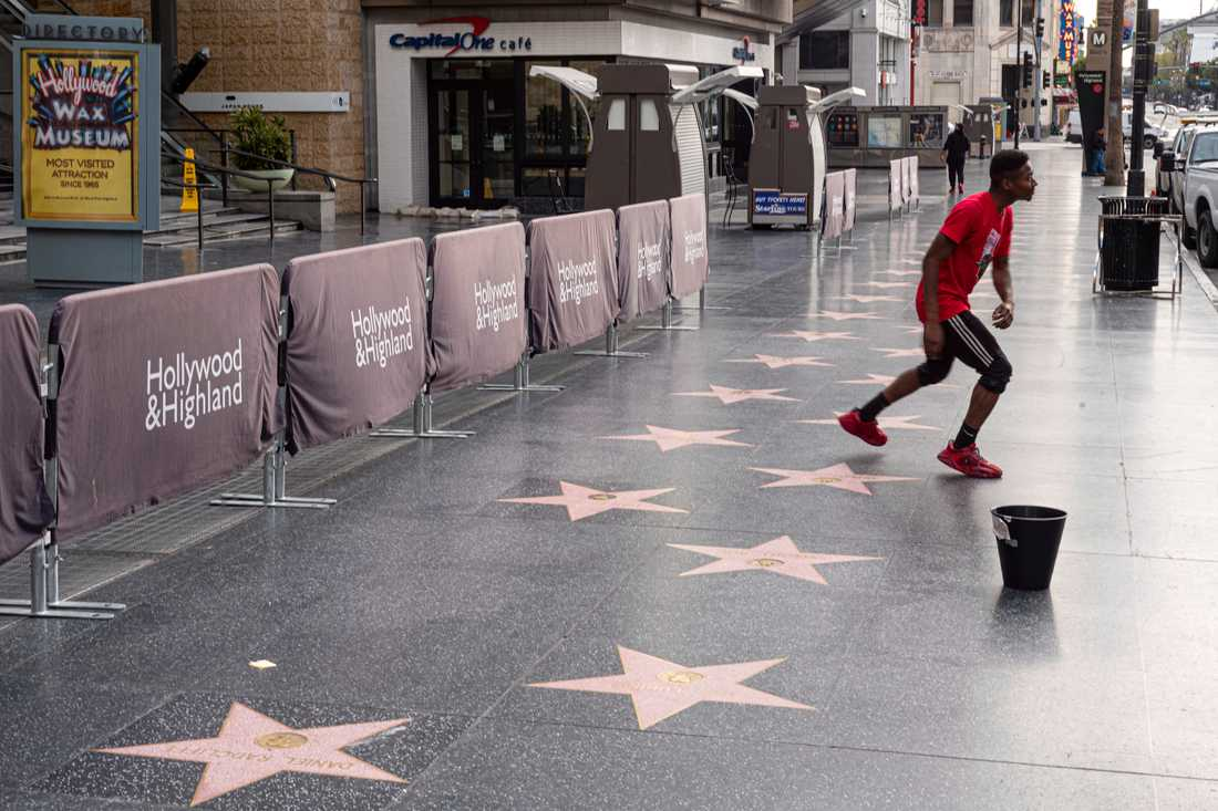 Hollywood Boulevard är i vanliga fall full av turister, men ekar nu tom.
