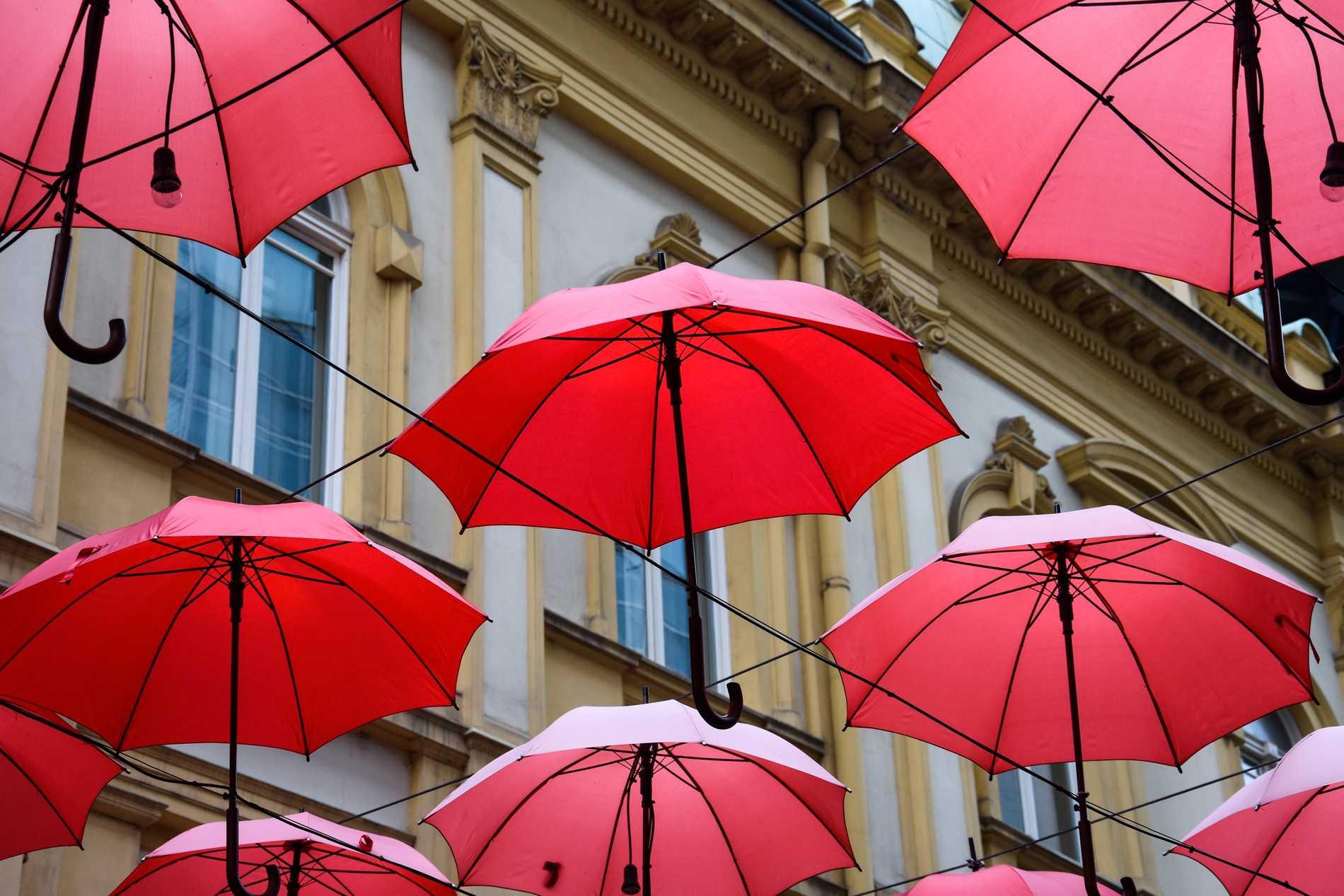 Manufactura har en uteservering där besökarna sitter under dessa röda paraplyer. Men många förbipasserade kommer att fotografera paraplyerna, och i förlängningen dig.