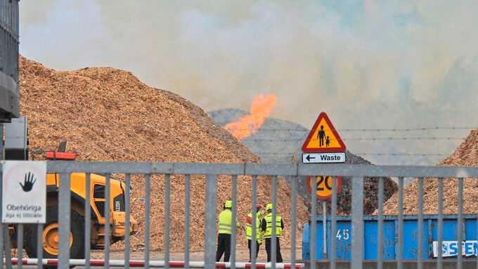 Räddningstjänsten räknar med att det kommer att brinna i flera dygn.