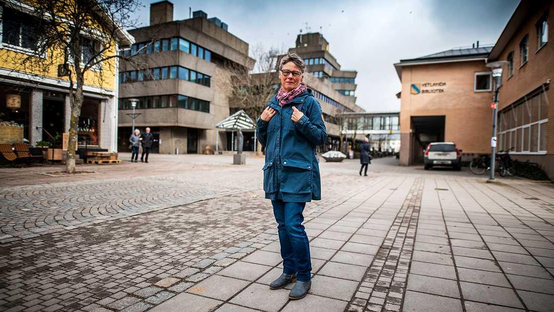 Inger Andersson försökte stoppa nynazister som demonstrerade i Vetlanda. Hon blev omkullknuffad och fick en hel del skador. Inger är fotograferad på platsen där incidenten inträffade.