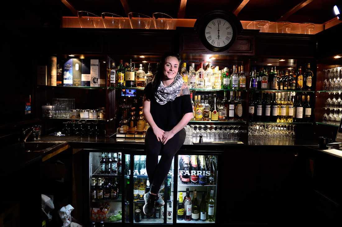 """Sarah Thegerström, 23, barchef, Oslo Man kan få pikar om att man är svensk, men oftast av folk som är påverkade som man nekat att handla. Om de har haft en dålig dag så kan det gå ut över oss. Men det är fler som är trevliga än otrevliga. Ordet """"partysvensk"""" är det värsta jag vet. Man drar alla över en kam och det blir jag arg på."""
