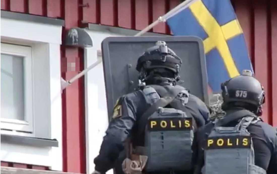 Polis på plats i Upplands-Bro efter larm om man med vapen.