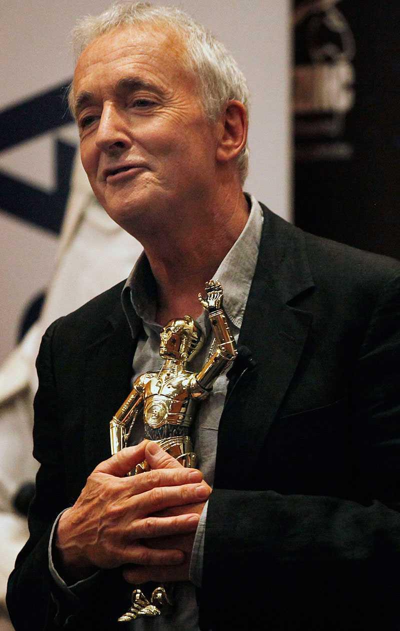 Anthony Daniels 2010 med en C3PO-docka 2010.