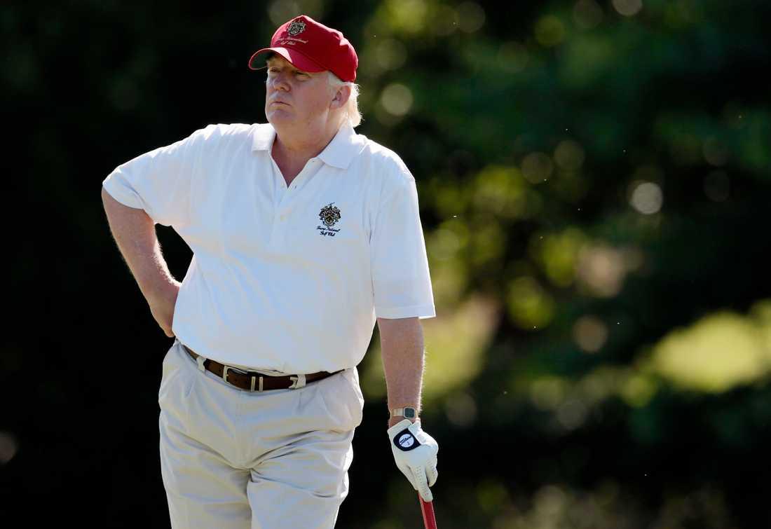 Trump håller sig i skymundan, spelar golf och möter folk i partiet.