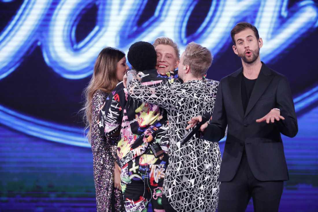 Mycket känslor på scenen när finalisterna tar farväl av Gottfrid.