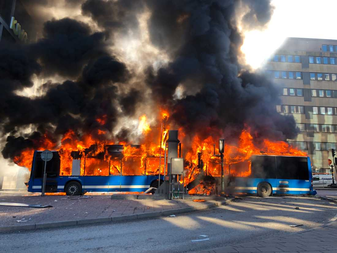 Bussen exploderade efter att ha kört in i en tunnel.