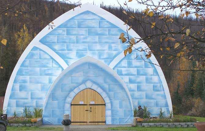 AURORA ICE MUSEUM Här är Alaskas svar på ishotellet i Jukkasjärvi. Is verkar ju inte så värst brandfarligt men märkligt nog ligger hotellet i fejd med traktens brandmästare, som dömt ut de fyra isrummen. I baren kan du i alla fall ta en drink serverad i ett skulpterat glas av is medan du studerar norrskenet utanför. Prisläge: över 550 euro/natt.