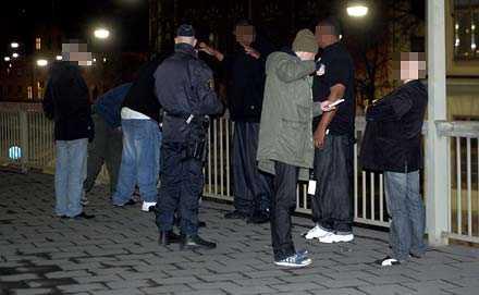 Snoop Doggs livvakter och personal visiterades på plats av polisen.