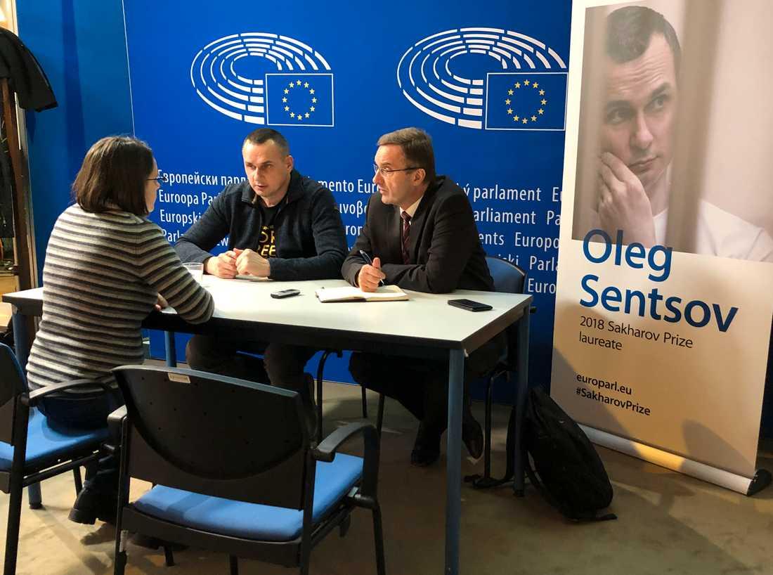 Ukrainske filmregissören Oleg Sentsov (mitten) intervjuas på löpande band efter att ha fått EU-parlamentets Sacharovpris i Strasbourg.