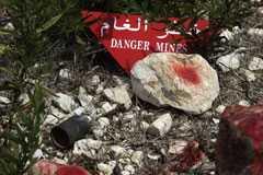 Klusterbomb i upphittad i terräng efter kriget mellan Israel och Libanon 2006.