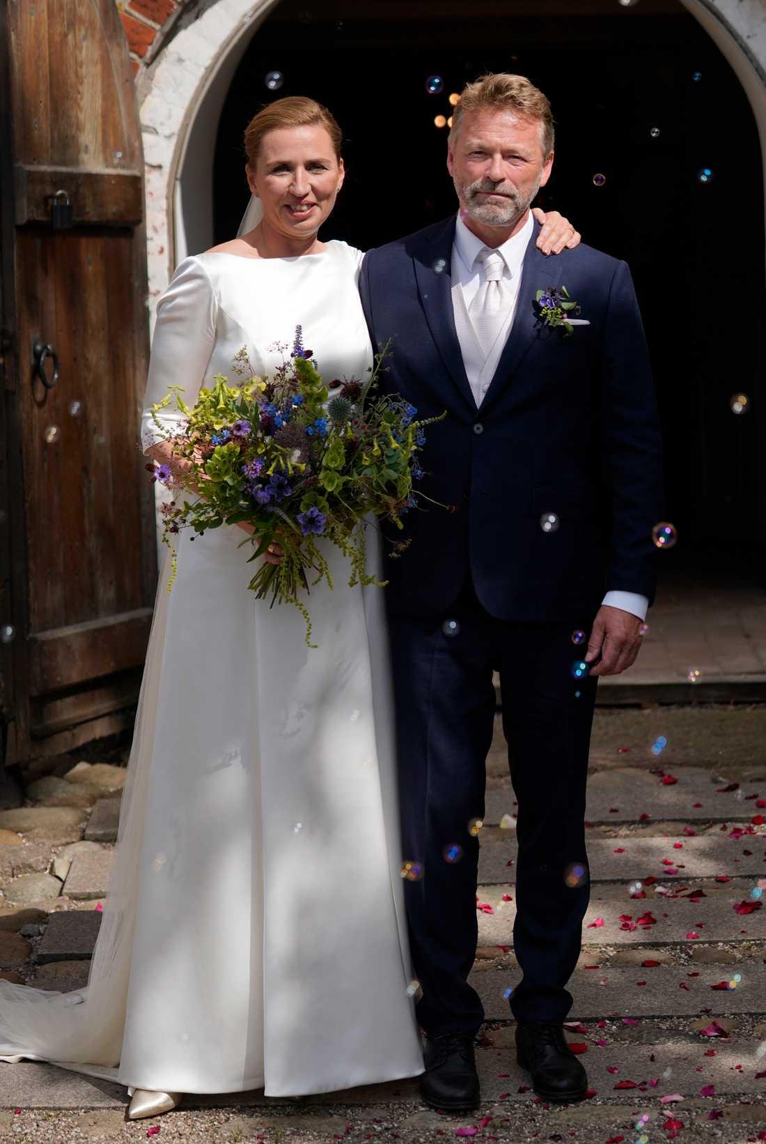 Danmarks statsminister Mette Frederiksen har gift sig med fotograf Bo Tengberg i Magleby kyrka.