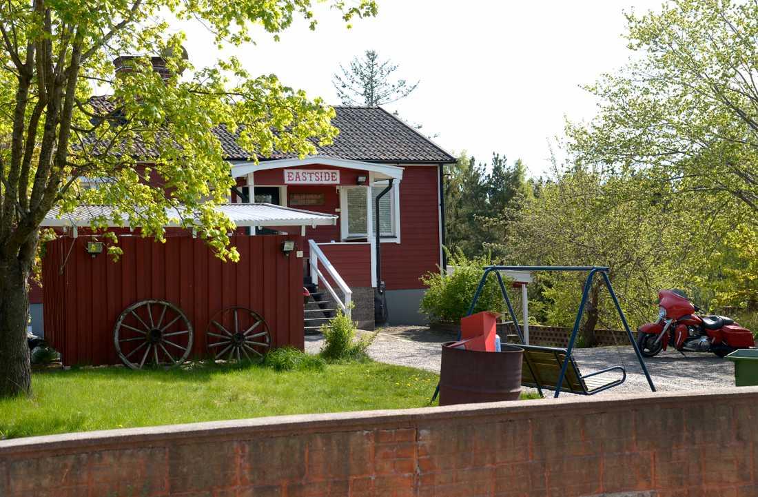 Grannarna misstänker att flyktingar flyttar in i huset i fall det säljs.