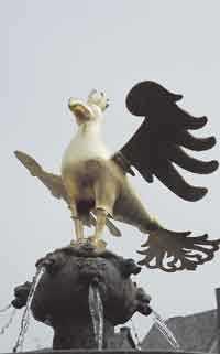 Stillheten är bedövande på Goslars torg där stadens gamla fågelsymbol glimmar i guld.
