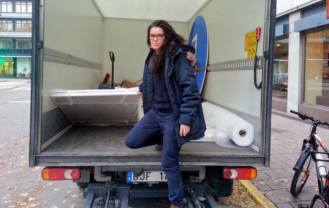 Anna Benson tar bort sin utställning från hotellet.