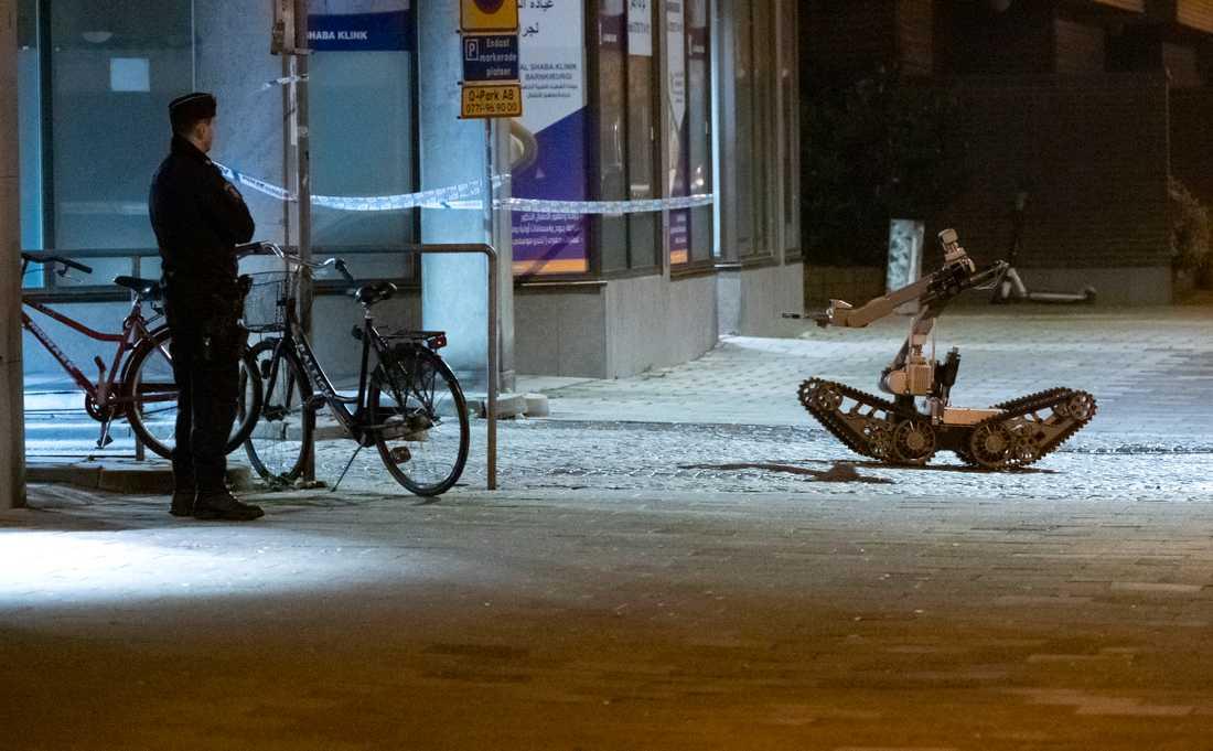 Nationella bombskyddets bombrobot på väg in för att undersöka ett misstänkt föremål i centrala Malmö.